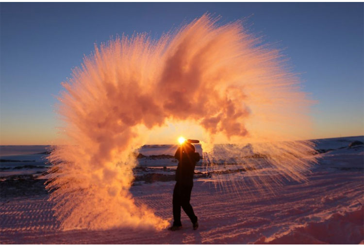 This is what happens when you throw hot water in Antartica, Awesome!