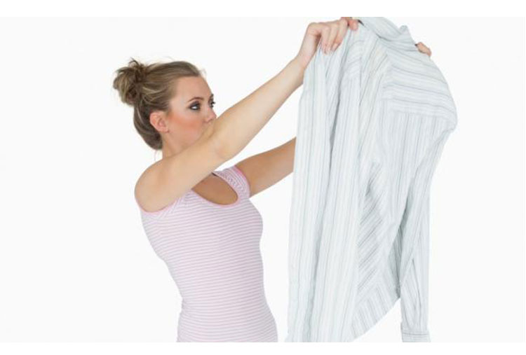 Useful tips to remove stains from clothes mundo en for Remove yellow stains from white shirts