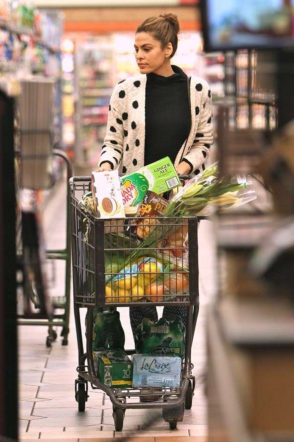 Eva Mendes does grocery shop